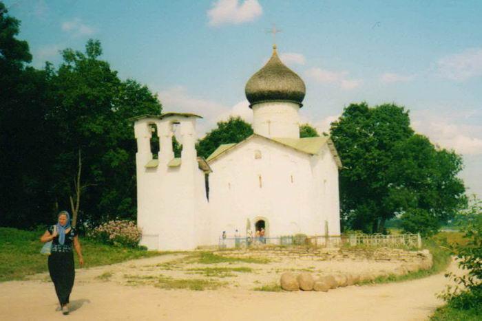 Храм под Выбутами над рекой Великой